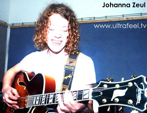 Johanna Zeul probt in ihrem Uebungsraum in Berlin mit Gitarre. Photo: h.r.fox @ ultrafeel.tv