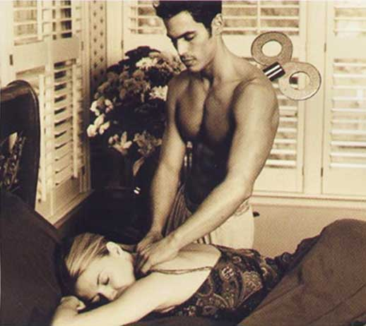 Man massages woman. Mann massiert frau.