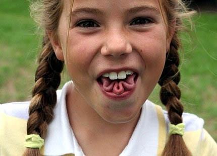 Tongue twister - Girl twists her tongue. Zungenverdreher. Mädchen verdreht und faltet ihre zunge...