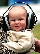 Baby mit Kopfhörer.