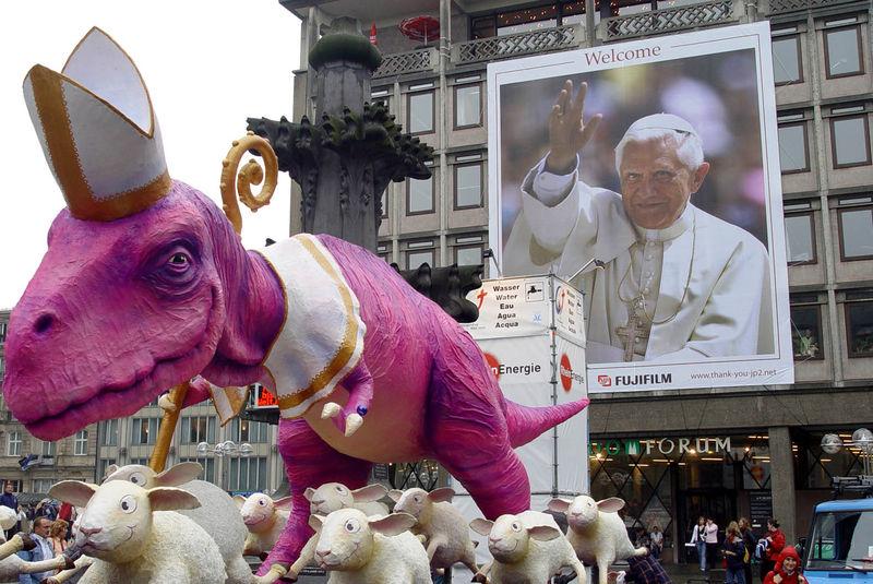 Dinosaur pope attacks christian sheep... Dinosaurier papst benedikt greift die christlichen schäfchen an...